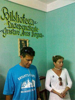 Librado Linares , y su esposa la dama de blanco Magalis, en la inaugur ación de la bibliot inauguración de la biblioteca