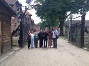 Junto a amigos en mi reciente visita a Polonia bajo el cartel EL TRABAJO HACE LIBRES en la entrada al campo de concentración en Auschwitz