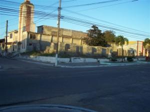 Terreno aledaño al templo de la Iglesia Bautista de Yaguajay. En el terreno aledaño donde otrora estuvo el Colegio bautista pueden observarse construcciones en proceso de las empresas estatales Seprot y Geocuba
