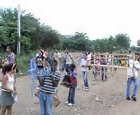 Feligreses de la Iglesia Emmanuel en Santiago de Cuba, lidereada por Alain Toledano, van hacia la Iglesia llevando sus asientos
