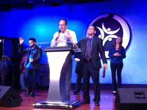 En JWC junto al pastor Frank López