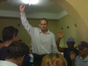 Foto del momento de mi plegaria a Dios al final de mis palabras en la Funeraria Camacho, en la ciudad de Santa Clara, el 8 de mayo de 2011, en el velatorio a Juan Wilfredo Soto García