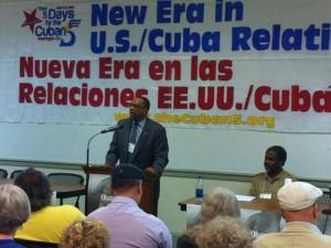 Al fondo de John McCullough la campaña publicitaria en pro de la liberación de espias cubanos en USA