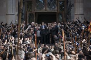 Mas a su salida del TSJC arropado por los 400 alcaldes que han ido a acompañarlo durante su declaración por la organización de la consulta del 9-N, tomada de la Fotogalería: Artur Mas declara ante el TSJC elpais.com/elpais/2015/10… via @el_pais