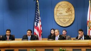 Al frente de izquierda a derecha, El Congresista Republicano Carlos Curbelo ,Ron De Santis Candidato para el Senado de los estados Unidos, Jeff Duncan Miembro del Congreso, y Alan Grayson Congresista Democrata del estado de la Florida.La Audiencia tuvo lugar en el Stephen Clark Building Goverment Center en el Downtown de la Ciudad de Miami, viernes 6 de Noviembre del 2015.