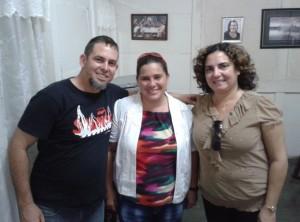 Los coordinadores de Patmos con Joanna Columbie, en su casa en Céspedes