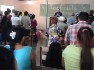 El autor, celebrando a nombre de Patmos con los bautistas bereanos en Arroyón, Chaparra, Las Tunas