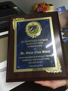 Placa entregada por el Instituto Patmos al Dr. Oscar Elias Biscet