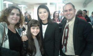 Con la joven norcoreana Grace Jo. Su padre mártir fue asesinado por el régimen totalitario de Kim Jong-un, socio del régimen castrocomunista cubano.